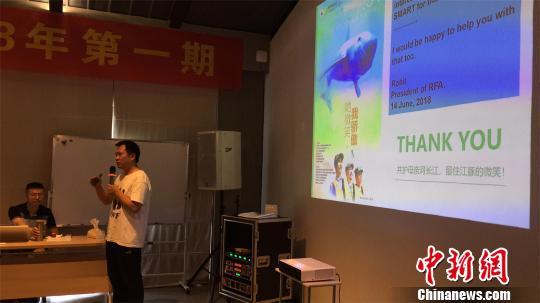 专家为巡护员们做长江江豚救护技术、观察技巧、中华鲟增殖放流与救护技术的培训 龚芹 摄